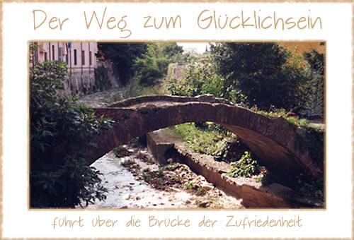 Der Weg zum Glücklichsein führt über die Brücke der Zufriedenheit.
